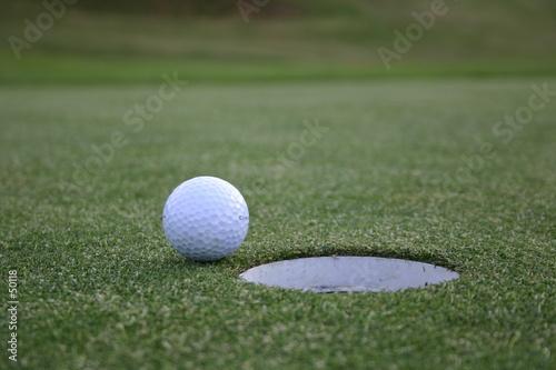 balle de golf devant un trou photo libre de droits sur. Black Bedroom Furniture Sets. Home Design Ideas