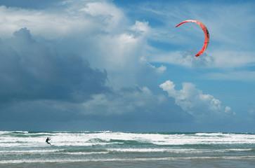 kite surf dans l'écume de mer