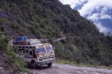 Poster Nepal bus dans les montagnes du nepal
