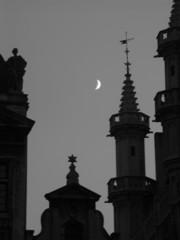 des toits et la lune