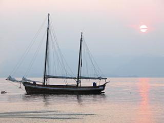 bateau au coucher de soleil
