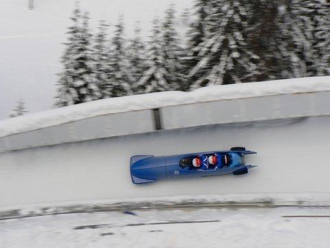 un bobsleigh dans un virage