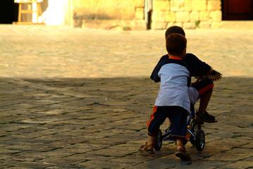 kinder am dreirad