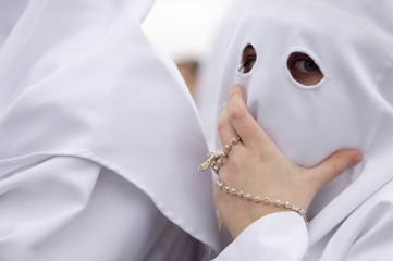 Nazareno con rosario en la Semana Santa de Sevilla