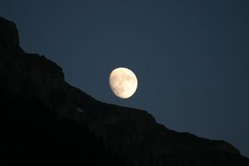 lune sur montagne