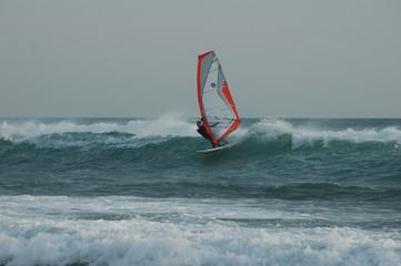 winsurfeur surf une vague