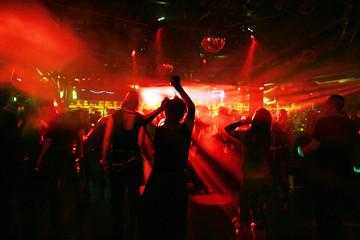 silhouetten von jungen tänzern