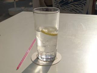 wasserglas auf dem tisch