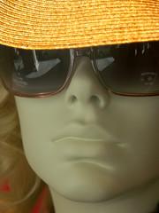mannequin et chapeau de paille