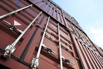 container ragen in den himmel