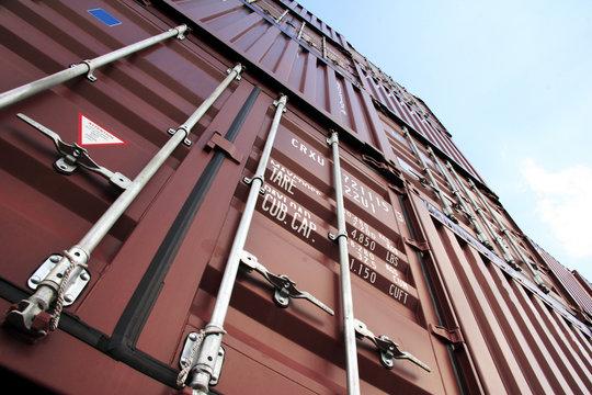 container ragen in den himmel