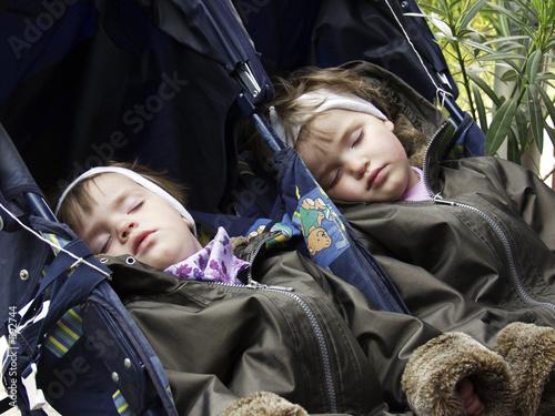 schlafende zwillinge im kinderwagen stockfotos und. Black Bedroom Furniture Sets. Home Design Ideas