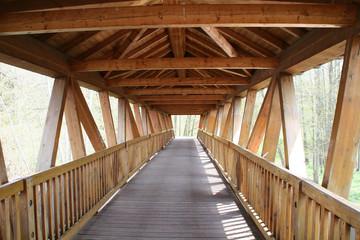 moderne überdachte holzbrücke