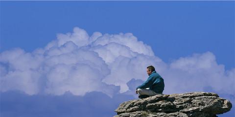 homme sur une montagne
