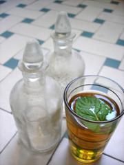 flacon et verre de thé