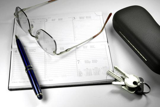 agenda, lunette, plume, clés
