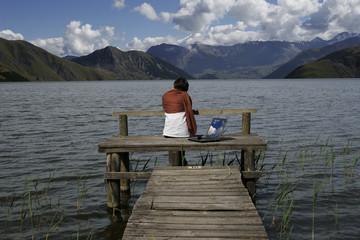 femme sur un ponton en montagne