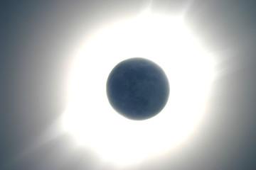 lumière cendrée pendant une éclipse totale.