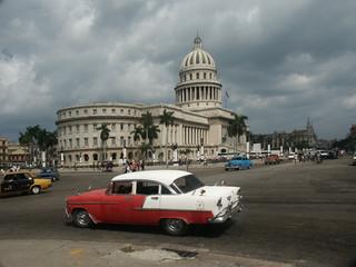 Fotorolgordijn Cubaanse oldtimers oldtimer in havanner vor dem capitol