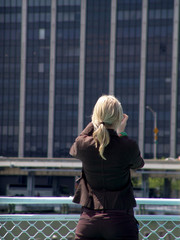 frau beim fotografieren eines hochhauses