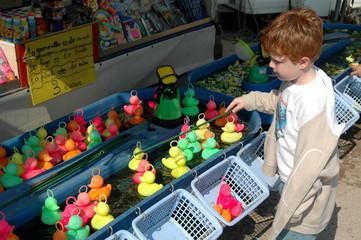 enfant jouant à la pêche aux canards 001
