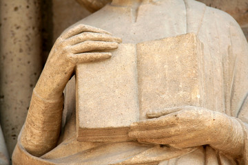 livre en pierre