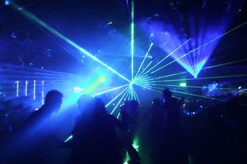 tanzende menschen im blauen lichterkegel