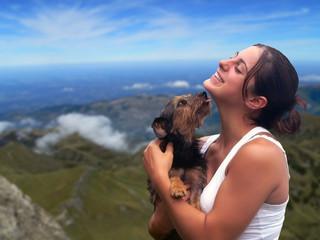 jolie fille et son chien