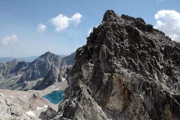 le lac derrière le sommet