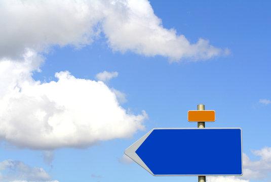 panneau bleu sur fond ciel