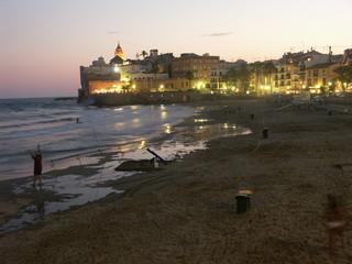 plage de sitges a la tombée de la nuit