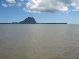 lagon et montagne en fond