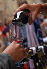 Spoed Foto op Canvas serving glass of wine