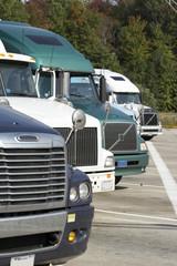 trucks auf einem parkplatz tr02