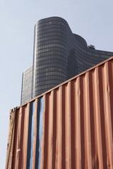 seecontainer vor bürogebäude