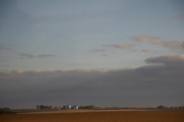 farm mit zwei silbernen silo