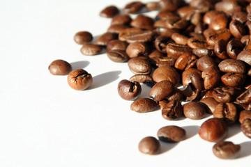 espressobohnen im licht