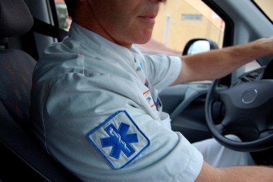 caducee et ambulancier