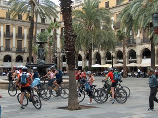radfahrer auf der placa reial in barcelona