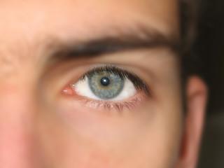 oeil bleu sur visage flou