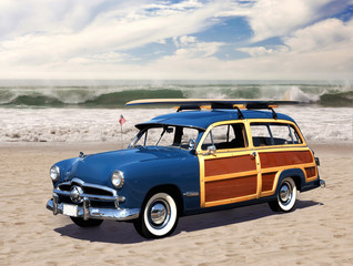Tuinposter Oude auto s woodie on the beach