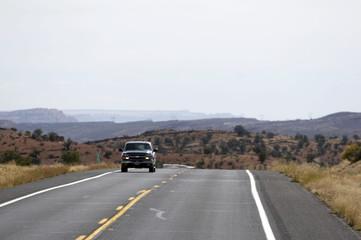 einsames auto auf dem highway in den usa