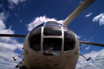 cockpit eines mil mi-8 hubschraubers