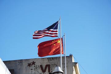 flaggen von usa und china