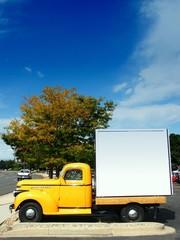Fototapete - classic antique yellow american truck