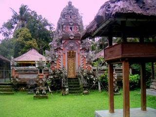 Asia. Ofrendas en templo hindu de Bali, Indonesia