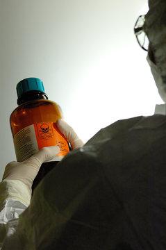 chimiste et bouteille de produit nocif