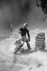 Motocross-Motorrad in schräger Kurvenlage