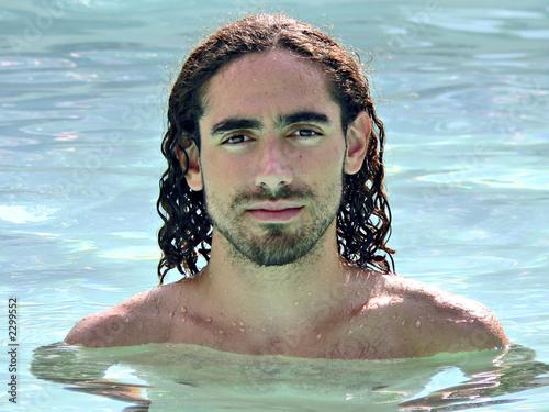 Jeune homme aux cheveux longs