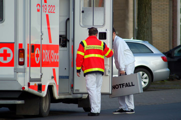 rettungssanitäter und einsatzfahrzeug